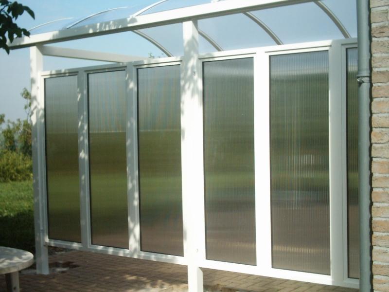 Carport met glazen wand