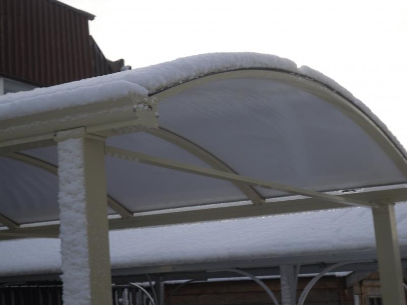 carport met sneeuw